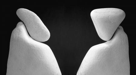 مناظرة وجهًا لوجه: بين اللاأدرية والمعتزلة